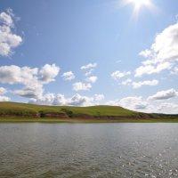 Берег реки и яркое солнце на голубом небе :: Сергей Тагиров
