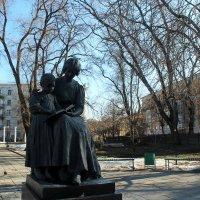 Памятник Первой Учительнице в Саратове :: Лариса Коломиец