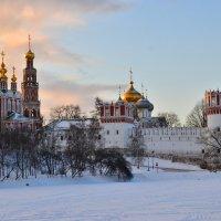 Вид на северную стену монастыря, храм, Лопухинскую и Напрудную башни. :: Денис Змеев