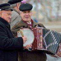 Бубен и гармонь.. :: Юрий Анипов
