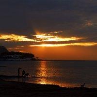 Закат на море - всегда потрясающее зрелище :: Евгений Р
