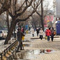 Весна в городе :: юрий Амосов