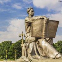 Памятник на входе в МГУ :: Андрей Баськов