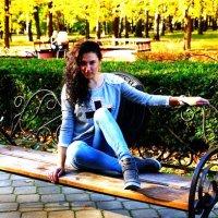 Девушка в парке :: Юлия Фотограф