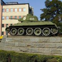 Памятный  танк  в  Черновцах :: Андрей  Васильевич Коляскин