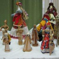 Куклы  из  бересты  и  соломы. :: Алексей Рыбаков