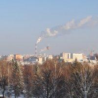 Воздушный шар в небе над городом :: Сергей Тагиров