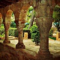 Старинная беседка в испанском саду :: Ирина Falcone