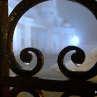 капли влаги от тумана на воротах собора :: Владимир Филиппов