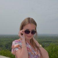 Портрет девушки в очках на фоне зеленой долины :: Сергей Тагиров