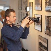 фотограф на выставке :: Александр Матюхин