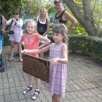 Храбрые девочки с рамкой с пчелами :: Галина Оболдина