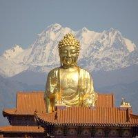 Китай г Урумчи   Будда  на  фоне Тянь Шаня :: Виталий  Селиванов