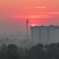 Осенний городской закат. :: Alexey YakovLev