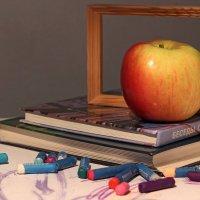 натюрморт с яблоком... :: Ирина