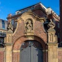 Старые ворта, вход в монастырский двор :: Witalij Loewin