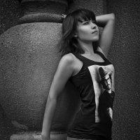 Танцовщица рядом с красивым домом :: Оксана Сергеева