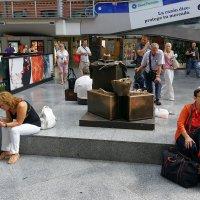 памятник чемоданам :: Сергей С