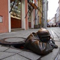 Памятник сантехнику Чумил ( зевака, наблюдатель) в Братиславе. :: Ольга
