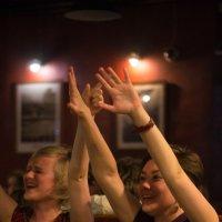Концерт в баре. Ликующие зрители :: Tanya Datskaya