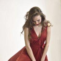 В красном платье :: Михаил Тищенко