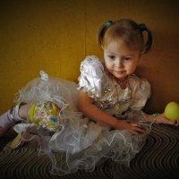Девочка с яблоком :: Сергей Чиняев