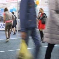 Девушка в красном с чёрными  аксессуарами :: людмила Миронова