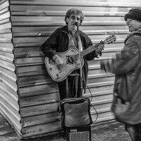 И теперь улыбчивый чудак играет за пятак в подземном переходе :: Ирина Данилова