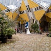 Внутренний дворик кубических домов :: Witalij Loewin