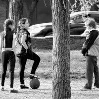 И кто тут сказал, что девчонки в футбол играть не умеют? :: Игорь Попов