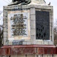 Памятный доски на колонне :: Сергей