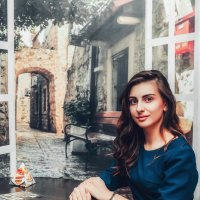 Девушка за столиком напротив :: Роман