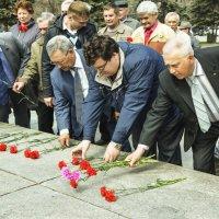 Возложение цветов. :: юрий Амосов