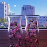 Сакура в вазах на подоконнике, весна за окном :: Nina Yudicheva