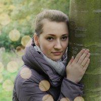 девушка рядом с деревом :: Эрик