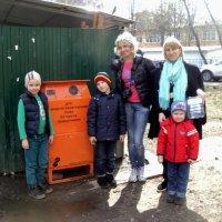Своим примером мамы Подмосковного города Люберцы показывают детям как надо пользоваться экобоксами! :: Ольга Кривых