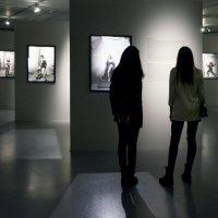 На фотовыставке :: Николай Ярёменко