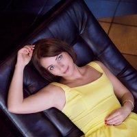 Девушка в желтом :: Анастасия Рычагова