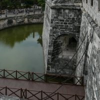 Подъемный мост через ров с водой окружающий крепость Ла-Фуэрcа (Гавана, Куба) :: Юрий Поляков