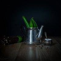Натюрморт с чайником и зелёным перцем :: Ирина Лепнёва