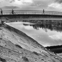 Люди идут по мосту... :: Анатолий Тимофеев