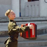 А мотив тех военных времен,прямо в душу,сквозь окна летит! :: Андрей Смирнов