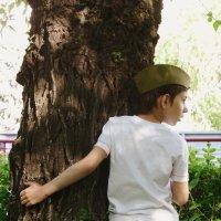 Мальчик и дерево. :: Александра .