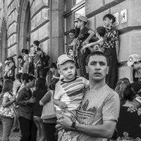 Зрители ожидают начало парада. :: Павел Лушниченко