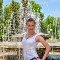 Около фонтана в парке :: Сергей Тагиров