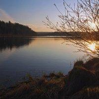 Майский закат на озере :: Александр Попов