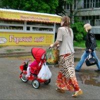 Мама промокла, а дочка под защитой :: Нина Корешкова