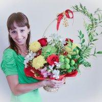 Девушка с корзиной цветов :: Сергей Тагиров