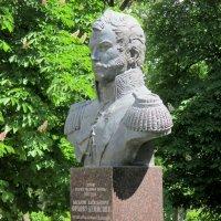 Памятник генерал-лейтенанту Орлову-Денисову, герою Отечественной войны 1812 г. :: Нина Бутко