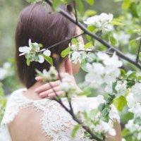 Красивая невеста в цветущем саду в Москве :: Татьяна Горбачева